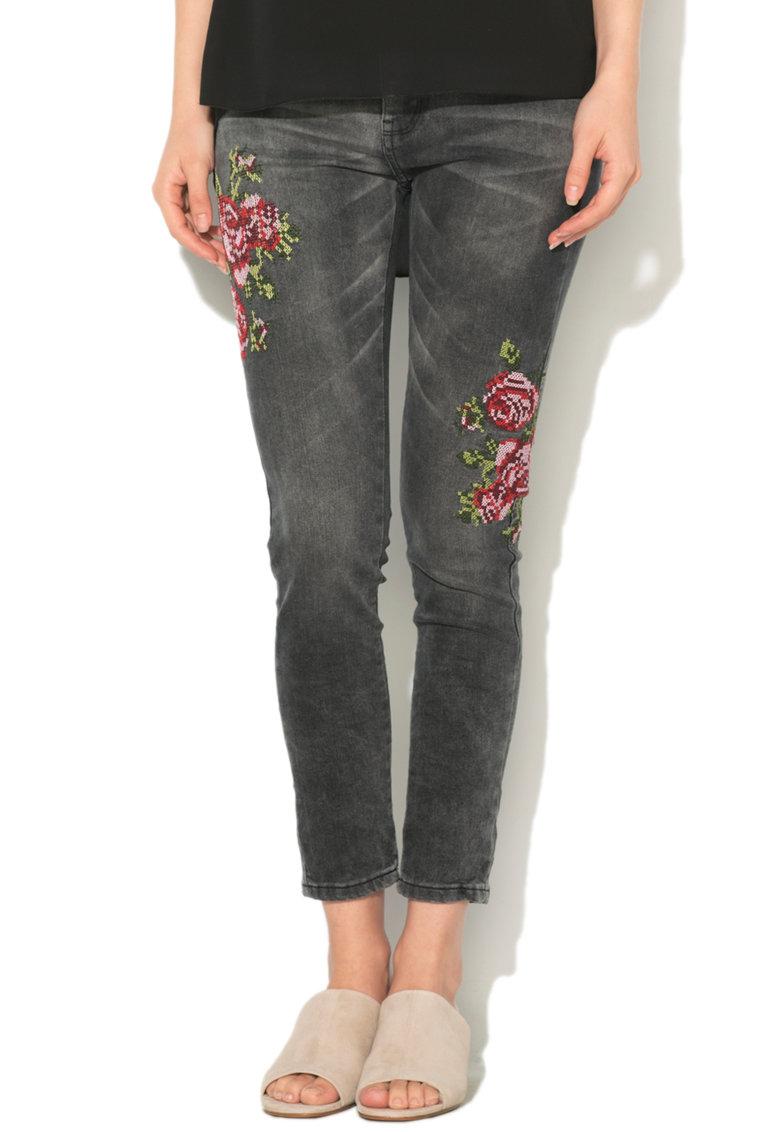 Hailys Haily's – Blugi regular fit cu trandafiri brodati Sari
