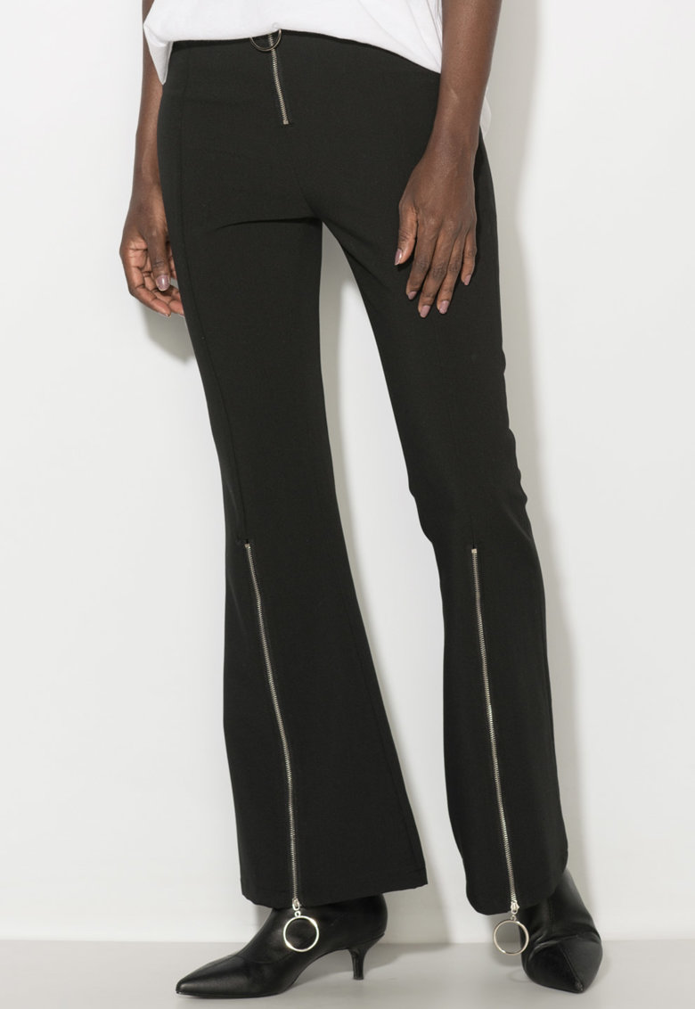 Pantaloni evazati cu slituri laterale