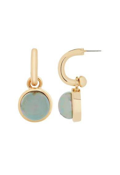Cercei drop aurii realizati manual cu perle sintetice de la M by Maiocci